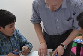 루마니아의 복지시설에서 아이와 만들기를 하는 사회복지 봉사자
