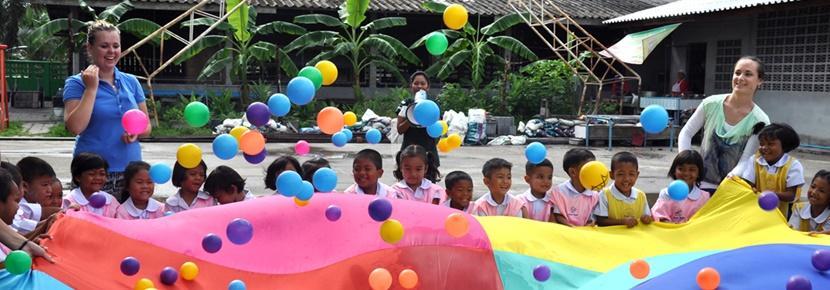 사회복지 프로젝트 봉사자들이 어린이들을 위한 활동을 진행하고 있다