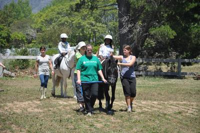 남아공 승마치료 프로젝트 세션에서 봉사자들이 특수아동그룹을 도와 활동하고 있다