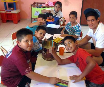 아르헨티나 커뮤니티 센터에서 봉사자가 어린이들과 함께 만들기 활동을 하고 있다