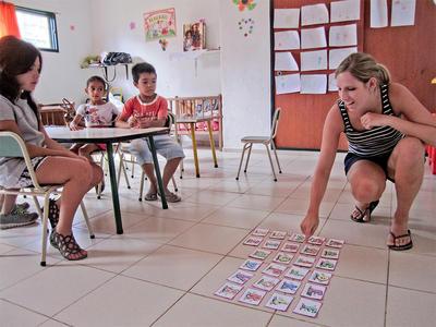 아르헨티나 코르도바 유치원에서 봉사자가 어린이들을 가르치고 있다