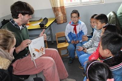 중국 사회복지 프로젝트 어린이들이 이야기시간을 즐기고 있다