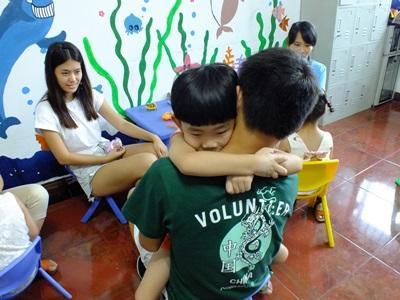 프로젝트 어브로드 봉사자가 중국 어린이를 안아주고 있다