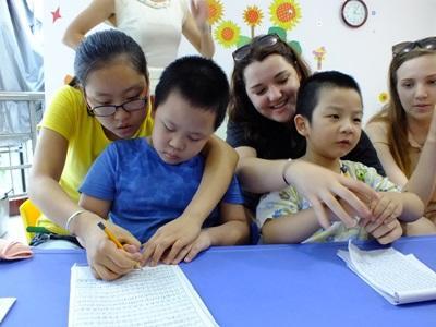 중국 어린이들이 사회복지 프로젝트 봉사자들의 도움으로 교육활동을 끝냈다
