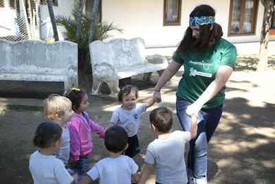 코스타리카 어린이들이 프로젝트 어브로드 봉사자와 함께 야외 게임을 하고 있다