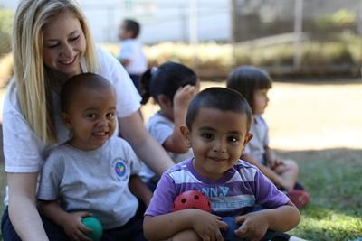 코스타리카 사회복지 프로젝트 봉사자와 어린이들이 야외활동을 즐기고 있다
