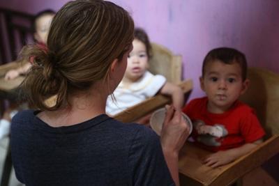 코스타리카 어린이가 프로젝트 어브로드 봉사자와 식사시간을 함께하고 있다