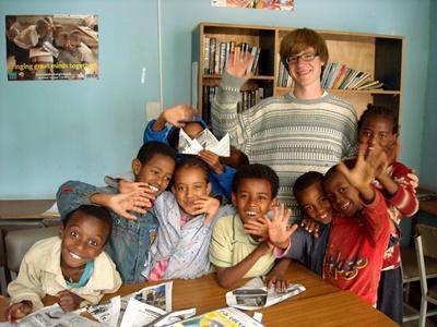 에티오피아 유치원에서 봉사자와 어린이들이 카메라를 보며 손을 흔들고 있다
