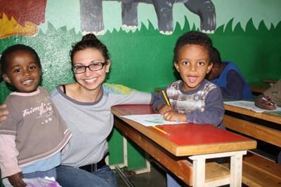 에티오피아 프로젝트 봉사자가 케어센터에서 어린이들에게 놀이교육을 진행하고 있다
