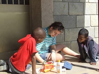 아프리카 에티오피아 사회복지 프로젝트 봉사자가 어린이들과 미술활동을 하고 있다