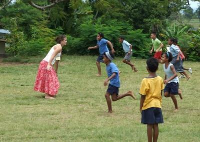피지 어린이 교육 프로젝트 봉사자가 어린이들과 놀고 있다