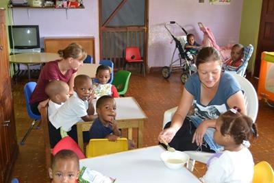 프로젝트 어브로드 자메이카 봉사자가 아이들을 돌보고 있다