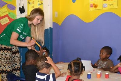 프로젝트 어브로드 사회복지 프로젝트 봉사자가 데이케어 센터에서 아이들과 미술활동을 하고 있다