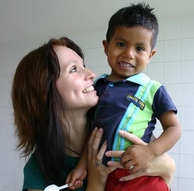 멕시코 사회복지 프로젝트 봉사자가 고아원에서 어린이와 함께 있다