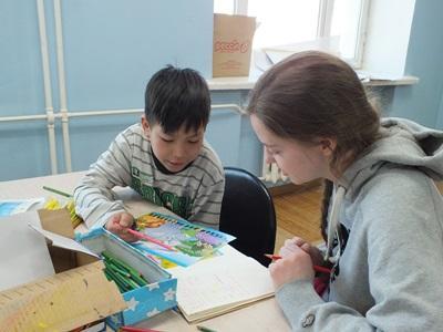 몽골 사회복지 프로젝트 봉사자가 어린이를 돌보고 있다