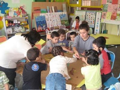모로코 케어센터에서 봉사자가 어린이들과 액티비티를 진행하고 있다