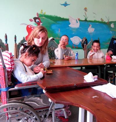 모로코 특별한 도움이 필요한 케어센터에서 봉사자가 장애아동들과 함께 있다