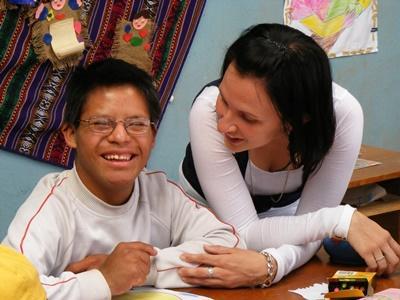 페루 프로젝트 여성 봉사자가 특별 지원 센터에서 활동하고 있다