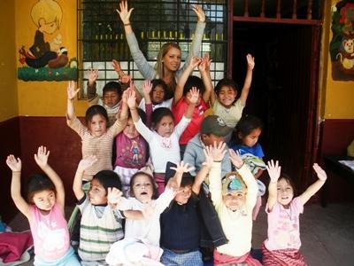 케어센터 교실에서 아이들과 함께있는 페루 프로젝트 봉사자