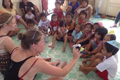 필리핀 케어 프로젝트 봉사자들과 어린이들이 모여서 하루를 시작하고 있다