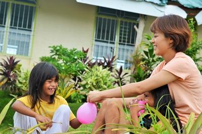 프로젝트 어브로드 필리핀 사회복지 프로젝트의 케어 센터에서 어린이들이 봉사자들과 물풍선을 가지고 놀고있다
