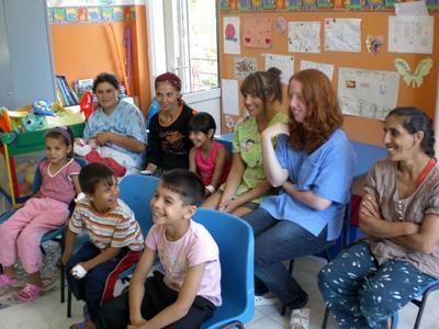 루마니아 사회복지 프로젝트 봉사자들이 고아원에서 수업을 하고 있다