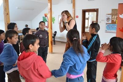 프로젝트 어브로드 루마니아 봉사자가 교육용 게임을 진행하고 있다