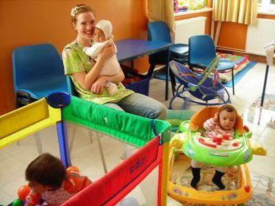 루마니아 봉사자가 도움이 필요한 어린이들을 돌보고 있다