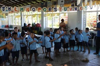 어린 아이들이 프로젝트어브로드의 복지센터인 사모아의 세인트 앵글리칸 프리스쿨에서 공부하고 있다