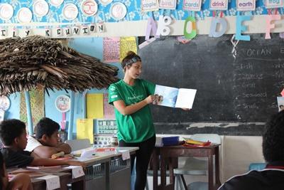 프로젝트어브로드의 사모아 사회복지 참가자들이 아이들에게 독서 등을 교육하고 있다