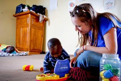 남아공 사회복지 프로젝트 봉사자가 고아원에서 어린이들과 장난감을 가지고 놀아주고 있다