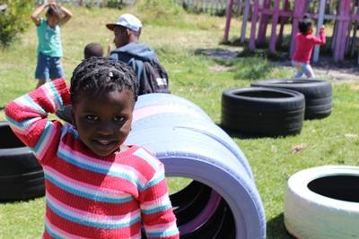 케어센터에서 밝게 웃고 있는 남아공 어린이