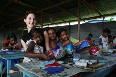 스리랑카 사회복지 프로젝트 봉사자가 고아원의 어린이들과 함께 있다