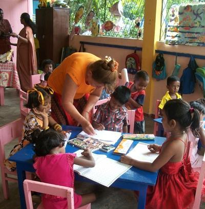 프로젝트 어브로드 봉사자의 도움으로 활동을 마친 스리랑카 어린이들
