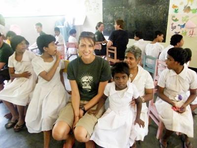 프로젝트 어브로드 사회복지 프로젝트 봉사자가 스리랑카의 도움이 필요한 어린이들을 돕고 있다