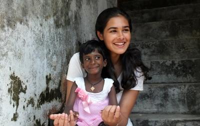 사회복지 프로젝트 봉사자와 스리랑카 어린이