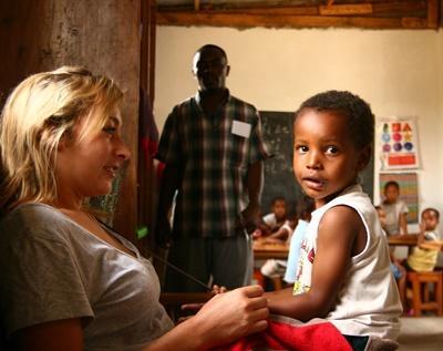 탄자니아 케어센터에서 봉사자가 어린이와 놀아 주고 있다