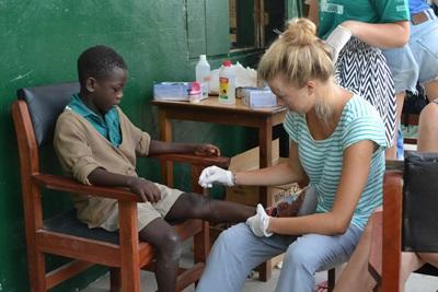 사회복지 봉사자가 가나의 HIV/AIDS센터에서 아이들을 돌보고 있다