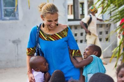 아프리카 봉사자들과 고아원 어린이들