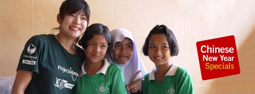 아시아 네팔에서 아이들에게 봉사활동을 하는 여성 자원봉사자
