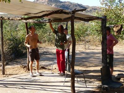남 아프리카 환경보호 프로젝트 봉사자들이 야생동물 관찰을 위해 텐트를 치고 있다