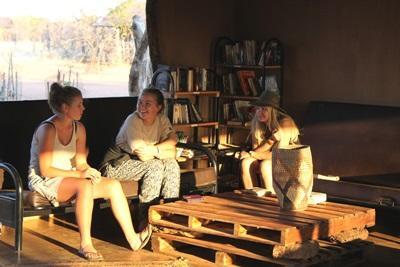 남 아프리카 보츠와나 환경보호 프로젝트 봉사자들이 야생동물 관찰을 하고 있다