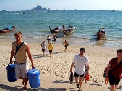 태국 환경보호 프로젝트 갭이어 봉사자들이 해안가 청소를 하고 있다