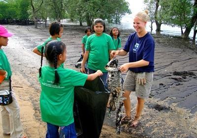 프로젝트 어브로드 태국 환경보호 프로젝트에 참가한 갭이어 봉사자가 지역 봉사활동을 하고 있다