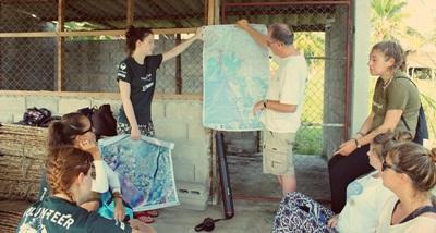 환경보호 프로젝트 봉사자들이 오리엔테이션을 받고 있다