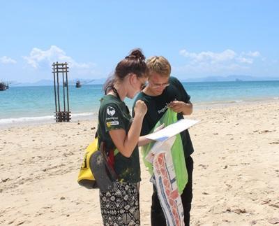 태국 환경보호 프로젝트 봉사자 그룹이 해변 청소를 돕고 있다