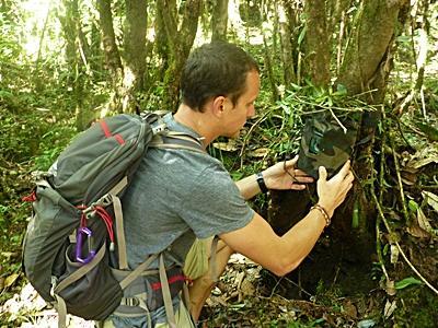 네팔 환경보호 프로젝트 봉사자가 식물 조사활동을 하고 있다
