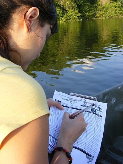 멕시코 환경보호 프로젝트 봉사자들이 현장에서 생태계를 관찰하고 있다