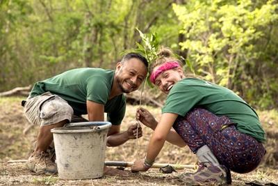 코스타리카 프로젝트 어브로드 봉사자가 현지 직원과 함께 재식림 활동을 하고 있다