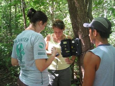 코스타리카 환경보호 프로젝트 봉사자들이 토양 조사를 하고 있다